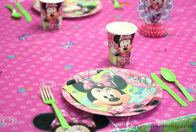 Minnie Mouse Bow-tique table setting