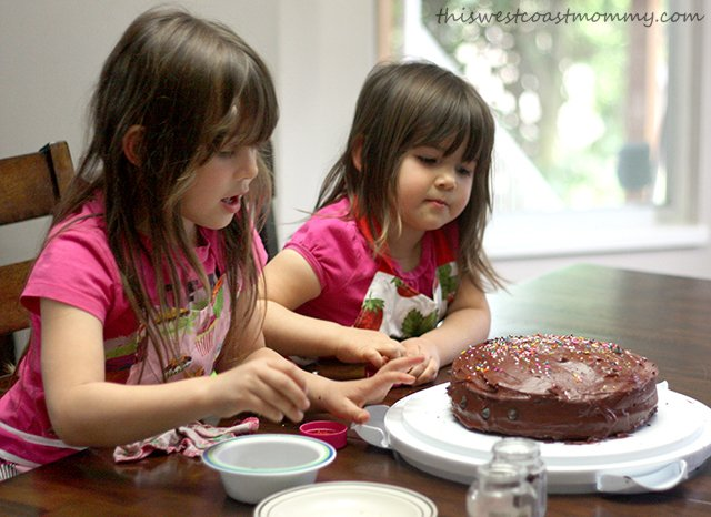 Decorating birthday cake