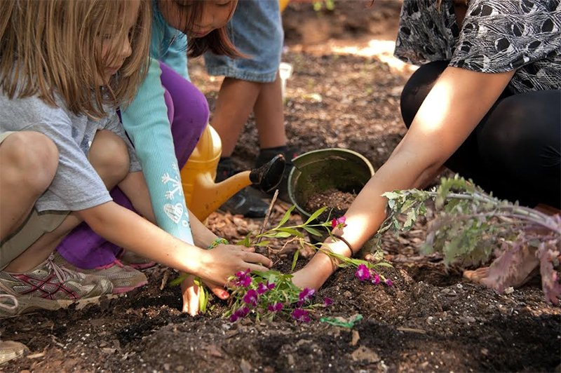 6 tips to get kids gardening this west coast mommy for Gardening jobs for april